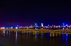 Local people amazed as Da Nang bridge raises spans