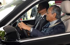 Malaysian Prime Minister test drive a Vietnamese-made VinFast car