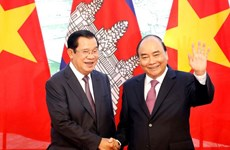 Prime Minister Nguyen Xuan Phuc holds talks with Cambodian counterpart