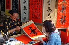 People flock to Temple of Literature for calligraphic works