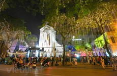 Joyful Christmas atmosphere in Hanoi