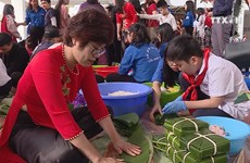 Hanoi children eager to wrap Chung cake as Tet gifts