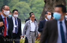 Japanese PM goes jogging in downtown Hanoi