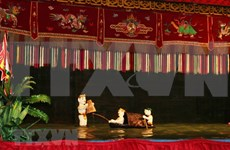 Water puppetry attracts foreign tourists