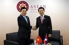 Foreign minister holds bilateral meetings
