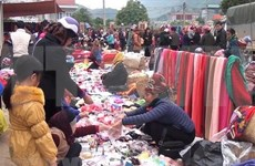 Muong Qua market gather locals, tourists