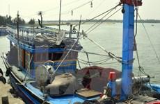 Quang Ngai border guards receive saved Filipino fisherman