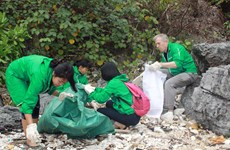 Volunteers clean up Ha Long Bay