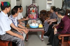 Tet gifts presented to Vietnamese-Cambodian families
