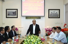 PM examines customs activities at Tan Son Nhat airport