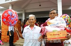 Vinh Long offers 1,000 gifts to AO victims, vision-impaired