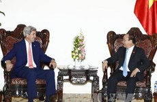 Prime Minister Nguyen Xuan Phuc welcomes John Kerry