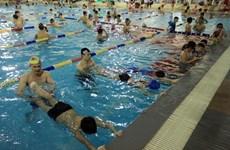 HCM City children learning to swim