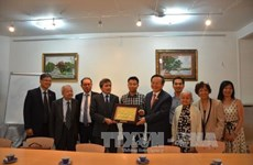 NA Vice Chairman meets Vietnamese nationals in France