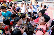Hanoians give out free hugs to share love in Int'l Free Hugs Day