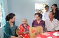 NA leaders present gifts to policy beneficiary families