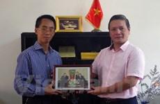 VNA presents friendship-featured photos to embassy in Algeria