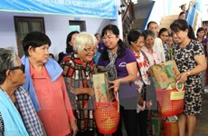 HCM City union grants gifts to poor women, children in Cambodia