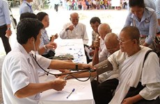 Doctors provide free checkups to poor people in Cambodia