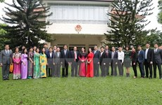 Top legislator meets embassy staff, overseas Vietnamese in Singapore