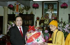 Leaders pay Tet visits to poor people, Buddhist patriarch