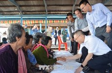 PM's gifts granted to needy Vietnamese, Cambodian families