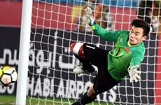 U23 Vietnam goalie brings gloves to auction