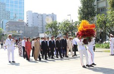 HCM City officials pay tribute to late leaders ahead of Tet