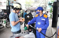 RON 95 petrol price drops by 400 VND per litre