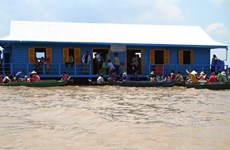 Floating school built for overseas Vietnamese pupils in Cambodia