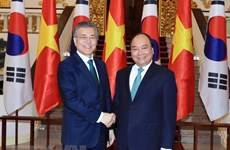 PM Nguyen Xuan Phuc meets RoK President Moon Jae-in
