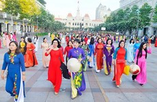 Over 100,000 people join HCM City Ao Dai festival's activities