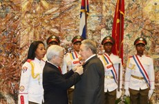 Party chief presents Golden Star Order to Cuban leader