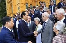 President meets Vietnamese, foreign scientists