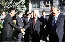 Party leader visits Vietnamese embassy, meets expatriates in Hungary