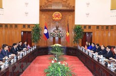 PM Nguyen Xuan Phuc welcomes Lao counterpart