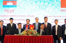Vietnamese, Cambodian provinces sign cooperation pact