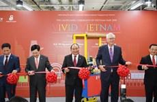 PM Phuc attends Vietnamese Goods Week in Singapore