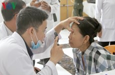 Vietnamese doctors provide free eye treatment for Cambodians