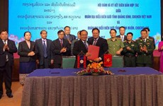 Quang Binh enhances border defence-security cooperation with Lao province