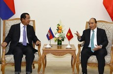 PM Nguyen Xuan Phuc holds talks with Cambodian counterpart Hun Sen