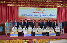 VN-Laos venture presents scholarships to Lao university's students