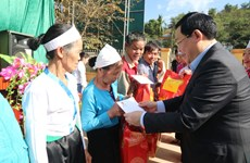 Deputy PM grants Tet gifts to poor households in Hoa Binh