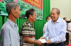 Deputy PM presents Tet gifts to poor households in Dong Thap