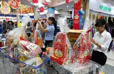Supermarkets keep stable prices for Tet