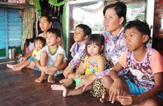Needy Vietnamese in Cambodia receive gifts