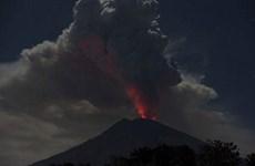 Indonesia: Mount Agung spews 2,000-m tall ash column