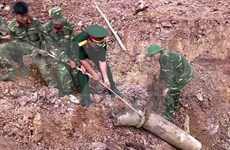 Quang Tri moves 240kg wartime bomb from local school