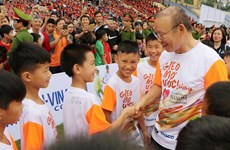 National men's football coach visits disadvantaged students in Phu Tho