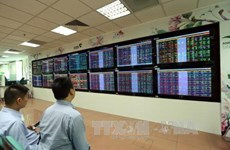 VN-Index ends in green on week's first trading day